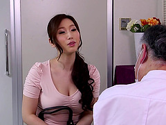Massage therapist oils up the Asian milf and fucks her