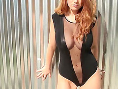 Redhead cutie Leanna Decker boasts of her amazing body