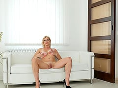 Amateur homemade video of shaved pussy Kirsten Klark masturbating